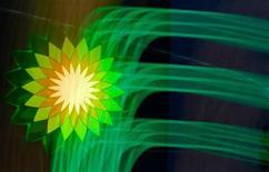 Un juez de Estados Unidos dio el viernes su aprobación final a un acuerdo de BP con los particulares y negocios que perdieron dinero y propiedades en el vertido de crudo en el golfo de México en 2010. En la imagen, el logo de BP en una gasolinera de la compañía británica BP en San Petersburgo, el 18 de octubre de 2012. REUTERS/Alexander Demianchuk