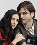 """La estrella de """"Dos hombres y medio"""" Ashton Kutcher solicitó el viernes en Los Ángeles el divorcio de su mujer, la también actriz Demi Moore, después de más de un año de separación, según documentos judiciales. En la imagen, de 4 de noviembre de 2010, la actriz Demi Moore y su por aquel entonces marido Ashton Kutcher. REUTERS/Brendan McDermid/Files"""