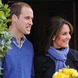 El príncipe Guillermo de Reino Unido y su esposa Catalina, embarazada, pasarán el día de Navidad con los padres de la duquesa, dijo el sábado su gabinete, en lo que supone una ruptura con la tradición de los miembros de la realeza británica que suelen unirse a la reina Isabel II en su casa de campo en Sandringham. En la imagen, de 6 de diciembre, los duques de Cambridge, el príncipe Guillermo y Catalina Middleton, a la salida del hospital King Edward VII.