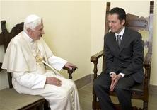 Papa Benedetto XVI con l'ex-maggiordomo Paolo Gabriele nell'udienza privata in Vaticano. REUTERS/Osservatore Romano