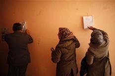 Pessoas votam em um centro eleitoral no estágio final de um referendo sobre a nova Constituição do Egito em Giza, ao sul de Cairo, Egito. 22/12/2012 REUTERS/Khaled Abdullah