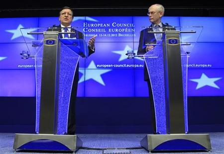 European Commission President Jose Manuel Barroso (L) and European Council President Herman Van Rompuy (R) hold a news conference during a European Union leaders summit, in Brussels December 14, 2012. EREUTERS/Yves Herman (BELGIUM - Tags: POLITICS BUSINESS)
