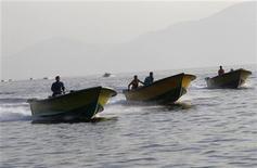 Contrabandistas iranianos pilotam seus barcos próximo ao porto de Khasab. Novas e rigorosas sanções contra os setores bancário, de navegação e industrial do Irã entraram em vigor neste sábado, parte de uma iniciativa da União Europeia para forçar Teerã a reduzir seu programa nuclear. 26/09/2012 REUTERS/Ahmed Jadallah