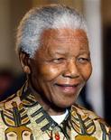 El ex presidente sudafricano y héroe de la lucha contra el apartheid, Nelson Mandela, de 94 años, sigue respondiendo al tratamiento dos semanas después de ser trasladado al hospital. En esta imagen de archivo, el ex presidente sudafricano Nelson Mandela posa para la prensa antes de una cena benéfica en Viena, el 22 de octubre de 2003. REUTERS/Leonhard Foeger/Files