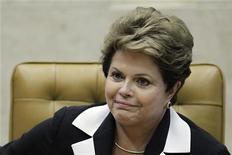 A presidente do Brasil, Dilma Rousseff, participa de cerimônia em Brasília. Dilma voltou a dizer que espera que a economia cresça mais em 2013 e ressaltou a importância dos investimentos em infraestrutura, neste sábado, durante cerimônia de inauguração do sistema de abastecimento de águas em Caxias do Sul (RS). 22/11/2012 REUTERS/Ueslei Marcelino