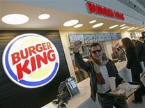 Quinze ans après avoir quitté le pays, la chaîne de fast-food américaine Burger King a fait samedi son retour en France en ouvrant un premier restaurant dans l'aéroport Marseille-Provence. /Photo prise le 22 décembre 2012/REUTERS/Jean-Paul Pélissier