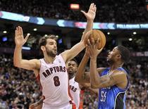 E'Twaun Moore, do Orlando Magic, mira a cesta contra José Calderón, do Toronto Raptors, durante partida em Toronto, Canadá. 21/12/2012 REUTERS/Mike Cassese