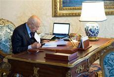 El jefe de Estado italiano disolvió el Parlamento el sábado tras la dimisión del primer ministro, Mario Monti, allanando el camino para las elecciones nacionales en febrero. En la imagen, el presidente italiano, Giorgio Napolitano, comprueba documentos en el palacio de Quirinale, en Roma, el 22 de diciembre de 2012. REUTERS/Paolo Giandotti/Italian Presidency Press Office/Handout ESTA IMAGEN HA SIDO PROPORCIONADA POR UN TERCERO. REUTERS LA DISTRIBUYE, EXACTAMENTE COMO LA RECIBIÓ, COMO UN SERVICIO A SUS CLIENTES.