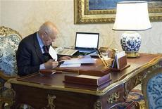 Il presidente della Repubblica Giorgio Napolitano consulta documenti nel suo ufficio al Quirinale. REUTERS/Paolo Giandotti/Italian Presidency Press Office/Handout