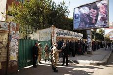 File d'attente devant un bureau de vote à Gizeh. Les opérations de vote ont été prolongées samedi de quatre heures en Egypte pour le second jour du référendum sur un projet de Constitution, défendu par les islamistes, soutiens du président Mohamed Morsi, et combattu par l'opposition laïque et chrétienne. /Photo prise le 22 décembre 2012/REUTERS/Khaled Abdullah
