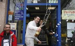 L'un des heureux gagnants, Javier Hernando, propriétaire d'un bar à Alcala de Henares, près de Madrid. Le tirage de la loterie nationale espagnole, la plus importante du monde avec une enveloppe totale de 2,5 milliards d'euros, a bénéficié samedi à plusieurs joueurs en difficulté financière, dans un pays où un quart de la population active est au chômage. /Photo prise le 22 décembre 2012/REUTERS/Sergio Perez