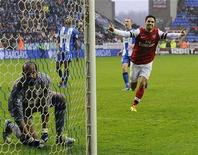 Mikel Arteta (direita), do Arsenal, comemora marcar um gol contra o Wigan Athletic em partida do Campeonato Inglês em Wigan, no norte da Inglaterra. 22/12/2012 REUTERS/Nigel Roddis