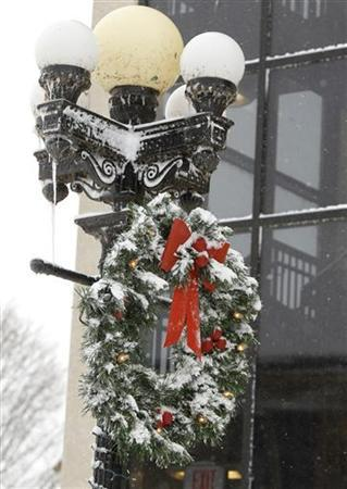 A Christmas wreath is covered with snow on West 4th Street in Waterloo, Iowa, December 20, 2012. REUTERS/Matthew Putney/The Waterloo Courier/Handout