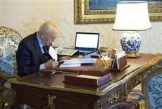 Le président Giorgio Napolitano a dissous samedi le Parlement en Italie, ouvrant la voie à des élections législatives anticipées fin février au lendemain de l'adoption du budget 2013 et de la démission du président du Conseil, Mario Monti. /Photo prise le 22 décembre 2012/REUTERS/Paolo Giandotti/Service de presse de la présidence italienne