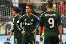 Cristiano Ronaldo (au centre), après avoir reçu un carton jaune. Le Real Madrid compte désormais 16 points de retard sur le leader, le FC Barcelone, après sa défaite 3-2 à Malaga, six jours après un match nul 2-2 contre l'Espanyol Barcelone. /Photo prise le 22 décembre 2012/REUTERS/Jon Nazca