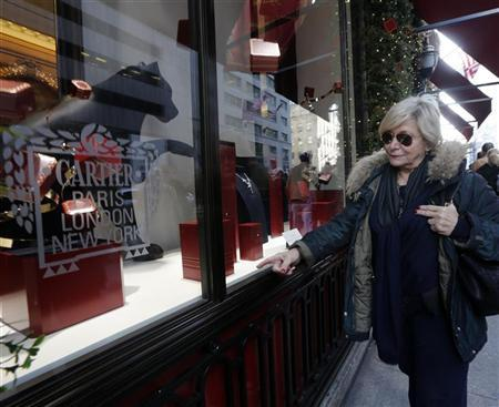 A holiday shopper looks at store windows at the Cartier Store on 5th Avenue in New York November 23, 2012. REUTERS/Brendan McDermid