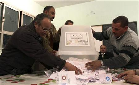 Officials count ballots after polls closed in Bani Sweif, about 115 km (71 miles) south of Cairo December 22, 2012. REUTERS/Stringer