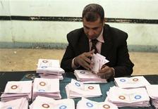Dans un bureau de vote de Bani Soueïf, au sud du Caire. La nouvelle Constitution a été adoptée en Egypte malgré la forte opposition des laïcs et des chrétiens, selon les résultats non-officiels du référendum portant sur le texte. Selon les Frères musulmans, un tiers des électeurs appelés à voter se sont rendus aux urnes. /Photo prise le 22 décembre 2012/REUTERS
