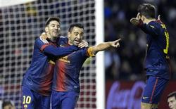 El Barcelona, líder invicto de la Liga, terminó 2012 en un estado de forma excelente con Lionel Messi anotando su gol número 91 del año en su victoria por 3-1 frente al Valladolid, mientras el Real Madrid cayó vencido 3-2 ante el Málaga. En la imagen, de 22 de diciembre, Xavi Hernández y Lionel Messi celebran un gol con Jordi Alba en el estadio José Zorrilla de Valladolid. REUTERS/Ricardo Ordonez