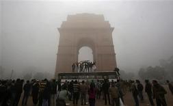 El Gobierno indio intentó el domingo disolver las protestas registradas en Nueva Delhi desde que una joven sufrió una violación en grupo, prohibiendo las reuniones de más de cinco personas, pero aun así miles de personas se lanzaron al corazón de la capital para expresar su ira. En la imagen, manifestantes corean lemas y ondean su bandera nacional sobre un autobús frente a la Puerta de la India, en una protesta en Nueva Delhi, el 23 de diciembre de 2012. REUTERS/Adnan Abidi