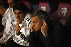 El entrenador del Real Madrid, José Mourinho, pareció estar jugando con fuego el sábado cuando decidió dejar al influyente capitán y guardameta Iker Casillas fuera de su once inicial, que cayó derrotado por 3-2 ante el Málaga en Liga. En la imagen, de 22 de diciembre, el técnico del Madrid, José Mourinho, gesticula durante el encuentro de Liga ante el Málaga. REUTERS/Jon Nazca