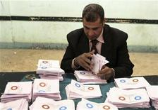 "An official counts ""agree"" ballots after polls closed in Bani Sweif, about 115 km (71 miles) south of Cairo December 22, 2012. Early indications showed Egyptians approved an Islamist-drafted constitution after Saturday's final round of voting in a referendum despite opposition criticism of the measure as divisive. REUTERS/Stringer (EGYPT - Tags: POLITICS ELECTIONS)"