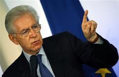 Mario Monti, le président sortant du Conseil italien, s'est dit prêt dimanche à envisager d'être candidat pour les élections législatives anticipées, prévues les 24 et 25 février, si une formation adhérant à son programme de réformes le lui proposait. /Photo prise le 23 décembre 2012/REUTERS/Alessandro Bianchi