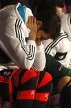 La derrota del sábado ante el Málaga ha aguado las esperanzas del Real Madrid de defender su título de Liga y el club necesita recuperar la forma antes de la visita del Manchester United en Liga de Campeones el 12 de febrero. En la imagen, de 22 de diciembre, el portero del Real Madrid Iker Casillas reacciona en el banquillo en el partido contra el Málaga. REUTERS/Jon Nazca