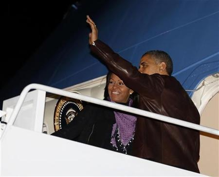U.S. President Barack Obama waves next to first lady Michelle Obama as they prepare to depart Joint Base Andrews outside Washington, for their holiday trip to Hawaii, December 21, 2012. REUTERS/Larry Downing (UNITED STATES - Tags: POLITICS)