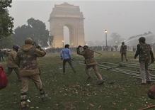 Um policial usa um cassetete para dispersar manifestantes durante um protesto em Nova Déli, Índia. 23/12/2012 REUTERS/Ahmad Masood