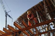 Funcionários trabalham em construção em Brasília. 30/08/2012 REUTERS/Ueslei Marcelino