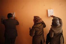 Votantes buscam seus nomes num ceitro eleitoral em Giza, ao sul de Cairo, Egito. 22/12/2012 REUTERS/Khaled Abdullah