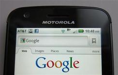 Selon le Wall Street Journal, Google élabore avec Motorola, que le géant américain a racheté l'année dernière, un nouveau téléphone mobile afin de gagner des parts de marché sur Apple et Samsung Electronics. /Photo d'archives/REUTERS/Brendan McDermid