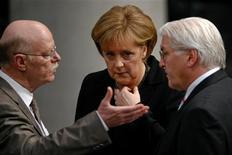 Los socios de coalición de la canciller alemana, Angela Merkel, advirtieron el domingo en contra de cualquier intento de subir los impuestos después de las elecciones del próximo año, mientras el campeón europeo de la disciplina fiscal lucha por equilibrar sus cuentas. En esta imagen de archivo, el ministro alemán de Exteriores, Frank-Walter Steinmeier (a la derecha) y la canciller Angela Merkel (en el centro), esuchan a Peter Struck, líder parlamentario de los socialdemócratas del SPD durante una sesión de la Cámara Baja del Bundestag, en Berlín, el 12 de febrero de 2009. REUTERS/Fabrizio Bensch/File