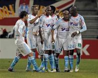 L'Olympique de Marseille a battu dimanche l'AS Saint-Etienne d'un but (1-0) lors du dernier match de Ligue 1 de l'année 2012, et rejoint par la même occasion le Paris Saint-Germain et l'Olympique lyonnais au sommet du classement. La différence de buts est nettement plus favorable au PSG, sacré champion d'automne. Lyonnais et Marseillais se suivent dans cet ordre. /Photo prise le 23 décembre 2012/REUTERS/Jean-Paul Pélissier (FRANCE - Tags: SPORT SOCCER)