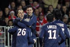 Zlatan Ibrahimovic (à gauche) entouré de ses coéquipiers du Paris Saint-Germain après un but contre Brest. Le PSG est devenu champion d'automne de la Ligue 1 après sa victoire 3-0 ce week-end, un titre honorifique à même de rassurer l'ambitieux club de la capitale même si aucune ligne ne sera ajoutée à son palmarès. /Photo prise le 21 décembre 2012/REUTERS/Stéphane Mahé