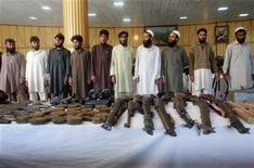 Pakistán es sincero en su intención de respaldar al naciente proceso de paz afgano y comparte el objetivo del Gobierno de Kabul de transformar la insurgencia talibán en un movimiento político, dijo a Reuters un alto cargo del Gobierno afgano. En la imagen del 18 de diciembre se puede ver a unos talibanes y sus armas tras ser detenidos por las fuerzas afganas y presentados a los medios de comunicación en la provincia de Yalalabad. REUTERS/ Parwiz