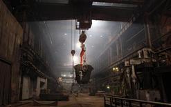 Norilsk Nickel, premier producteur mondial de nickel et de palladium, pourrait verser jusqu'à neuf milliards de dollars (6,81 milliards d'euros) de dividendes sur la période 2012-2014, puis 50% de son résultat brut d'exploitation à partir de 2015, selon le groupe Rusal, actionnaire de Norilsk. /Photo d'archives/REUTERS/Ilya Naymushin