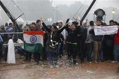 Las autoridades indias trataron el lunes de reprimir el movimiento de protesta desatado por la violación en grupo de una joven, cerrando calles y estaciones ferroviarias en un intento de restaurar la ley y el orden después de que la policía se enfrentara con grupos de manifestantes. En la imagen del 23 de diciembre se puede ver a unos manifestantes gritando lemas mientras la policía usa cañones de agua para dispersarlo durante una protesta ante la Puerta de India en Nueva Delhi. REUTERS/Adnan Abidi