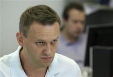 Les autorités russes ont ouvert une troisième enquête à l'encontre du blogueur anti-corruption Alexeï Navalny, figure de proue de l'opposition, cette fois pour détournement d'argent d'un parti politique en 2007. Il a déjà été inculpé la semaine dernière pour escroquerie et blanchiment d'argent et est aussi accusé d'avoir lésé une société de bois lorsqu'il conseillait le gouverneur de la région de Kirov en 2009. /Phoot prise le 1er août 2012/REUTERS/Sergei Karpukhin