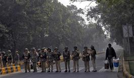 Barrage de police pour tenter de restaurer le calme à New Delhi face aux manifestations déclenchées par le viol collectif d'une jeune femme. Les autorités indiennes ont réagi face au mouvement de protestation qui agite la capitale en fermant l'accès aux routes et aux gares à la suite de violents heurts entre police et manifestants. /Photo prise le 24 décembre 2012/REUTERS/Mansi Thapliyal
