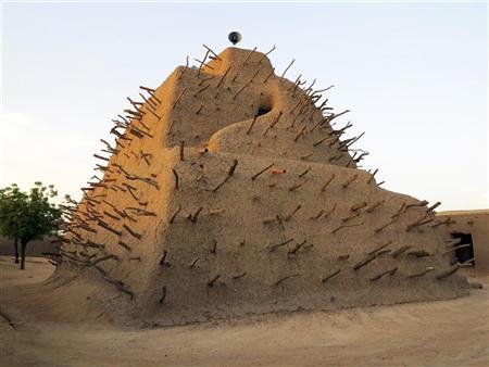 A general view shows the Tomb of Askia, which was built in 1485 for the burial of Toure, the ancient king of the Songhai Empire, in the northeastern Malian city of Gao September 6, 2012. REUTERS/Adama Diarra