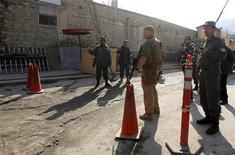 Segurança pessoal dos EUA faz escolta a comboio norte-ameircano em Cabul. Uma policial afegã matou um membro das forças de segurança dos Estados Unidos na sede da polícia de Cabul nesta segunda-feira, afirmaram autoridades e a Otan, em mais um ataque em meio ao aumento de questionamentos sobre a direção da guerra. 24/12/2012 REUTERS/Mohammad Ismail