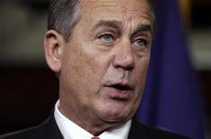 """O presidente da Câmara dos Deputados, John Boehner, fala com a mídia sobre o """"abismo fiscal"""" no Capitólio, em Washington, na sexta-feira. Alguns congressistas dos EUA expressaram no domingo a preocupação de que o país se depare com o """"abismo fiscal"""" dentro de nove dias, o que provocará duros cortes de gastos e aumento de impostos, e alguns republicanos acusaram o presidente Barack Obama de ter isso como meta. 21/12/2012 REUTERS/Yuri Gripas"""