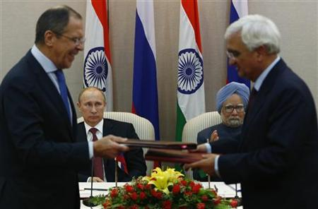 Russia's President Vladimir Putin (2nd L) and Prime Minister Manmohan Singh (2nd R) watch Russia's Foreign Minister Sergei Lavrov (L) exchanges documents with his Indian counterpart Salman Khurshid during a signing ceremony in New Delhi December 24, 2012. REUTERS/Grigory Dukor