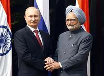 O presidente da Rússia, Vladimir Putin (E), cumprimenta o primeiro-ministro indiano Manmohan Singh durante reunião em Nova Délhi. A Índia assinou nesta segunda-feira acordo para comprar dezenas de helicópteros militares russos e conjuntos para montagem de jatos Sukhoi em uma reunião de cúpula em Nova Délhi, onde os líderes de ambos os países reafirmaram compromisso com uma aliança estratégica. 24/12/2012 REUTERS/Grigory Dukor