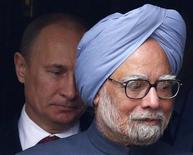Президент России Владимир Путин и премьер-министр Индии Манмохан Сингх на встрече в Дели 24 декабря 2012 года. Россия поставит боевые вертолеты и самолеты на общую сумму $2,9 миллиарда своему традиционному покупателю - Индии. REUTERS/Grigory Dukor