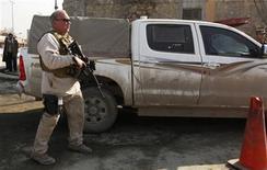 Un agente de seguridad estadounidense acompaña a un convoy de ese país a la sede de la policía afgana en Kabul, dic 24 2012. Una afgana que llevaba un uniforme policial mató a tiros el lunes a un contratista civil que trabajaba para las tropas occidentales en la jefatura de policía de Kabul, dijo la OTAN. REUTERS/Mohammad Ismail