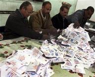 Un grupo de oficiales del tribunal electoral realiza un conteo de votos en Bani Sweif, Egipto, dic 22 2012. Jueces de Egipto estaban investigando el lunes reclamos por supuestas irregularidades antes de anunciar el resultado de un referendo que mostraría que una controvertida nueva Constitución fue respaldada por la mayoría de la población. REUTERS/Stringer