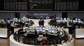 Foto de archivo de un grupo de operadores en el parqué de Fráncfort, Alemania, dic 20 2012. Las acciones europeas cerraron el lunes extraoficialmente a la baja en la última sesión antes del receso por Navidad, que fue más corta y con volúmenes reducidos, debido a que los inversores optaron por recortar sus posiciones a la espera de una resolución de las discusiones fiscales en Estados Unidos. REUTERS/Remote/Lizza David